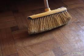 Sử dụng chổi cứng quét sàn gỗ